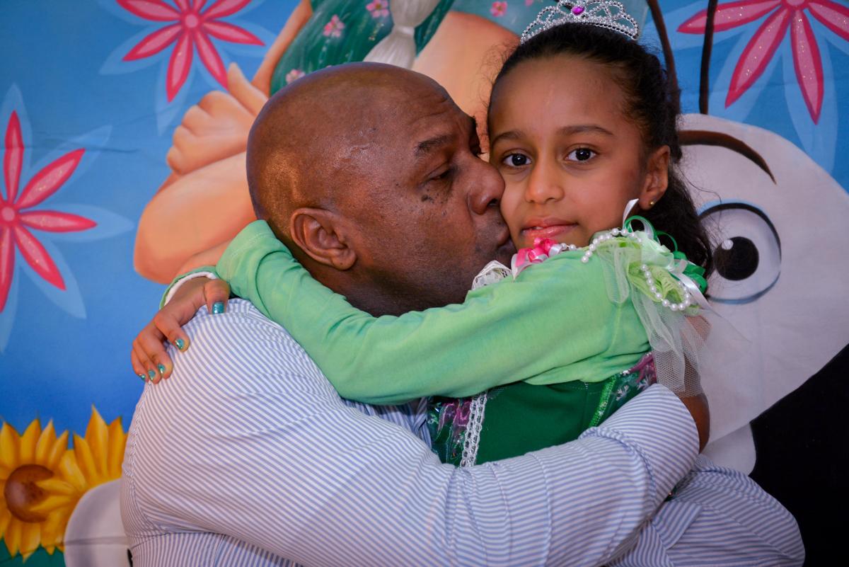 beijo gostoso do papai ganha a aniversariante no Planeta Buffet, São Paulo