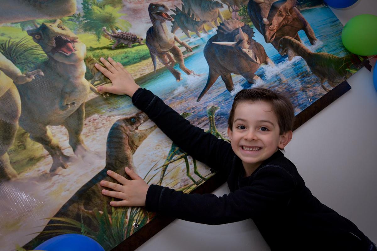 aniversariante na mesa tema dinossauros  no condomínio, São Paulo- SP
