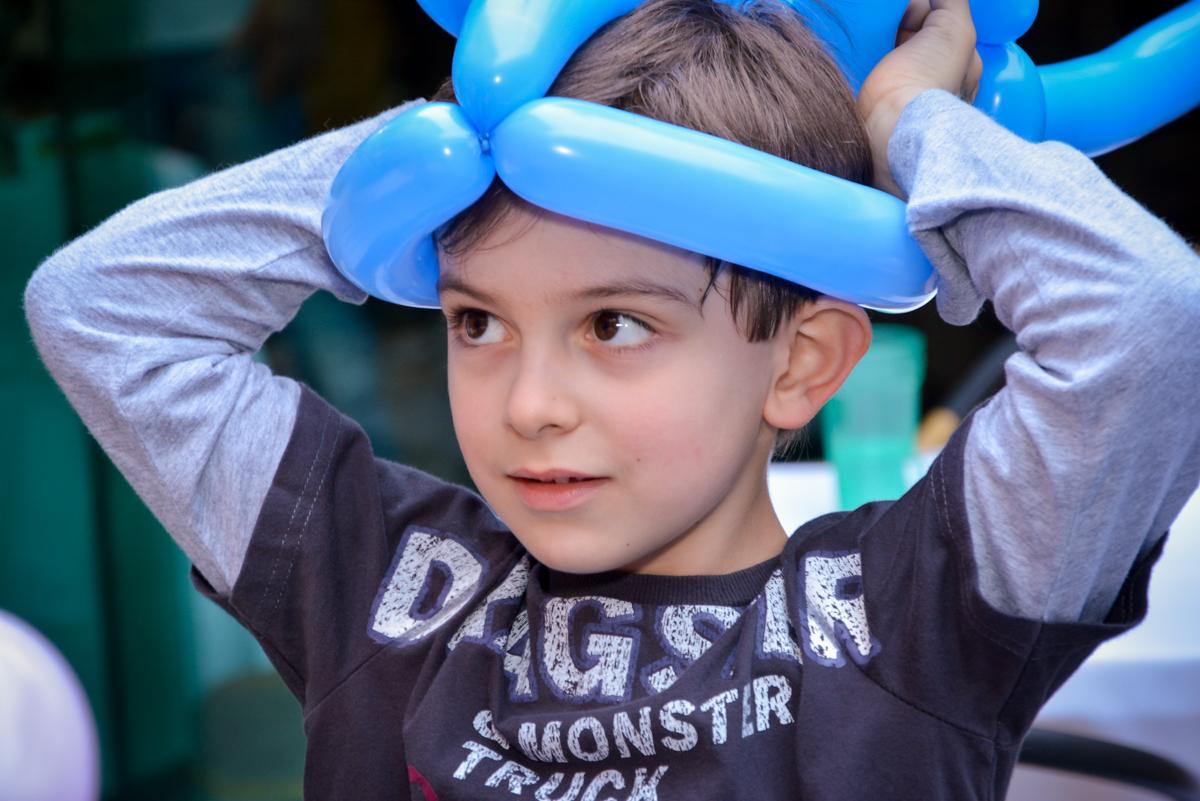aniversariante ganha capacete de balão em sua festa no  no condomínio, São Paulo- SP
