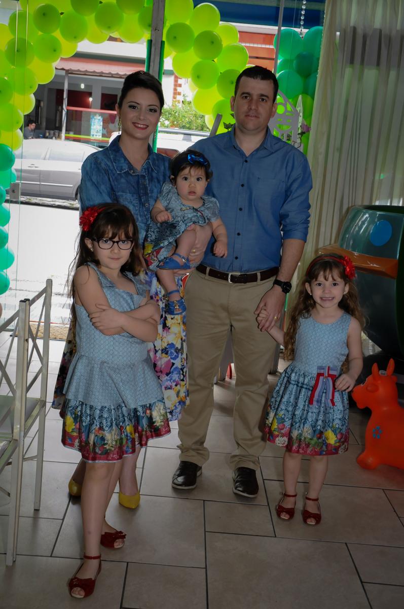 entrada da família para a festa de aniversario da mirela no Buffet Ciranda da Vila, Osasco, SP