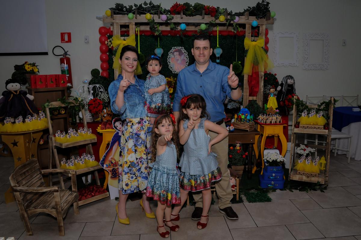 foto da família na mesa decorada branca de neve no Buffet Ciranda da Vila, Osasco, SP