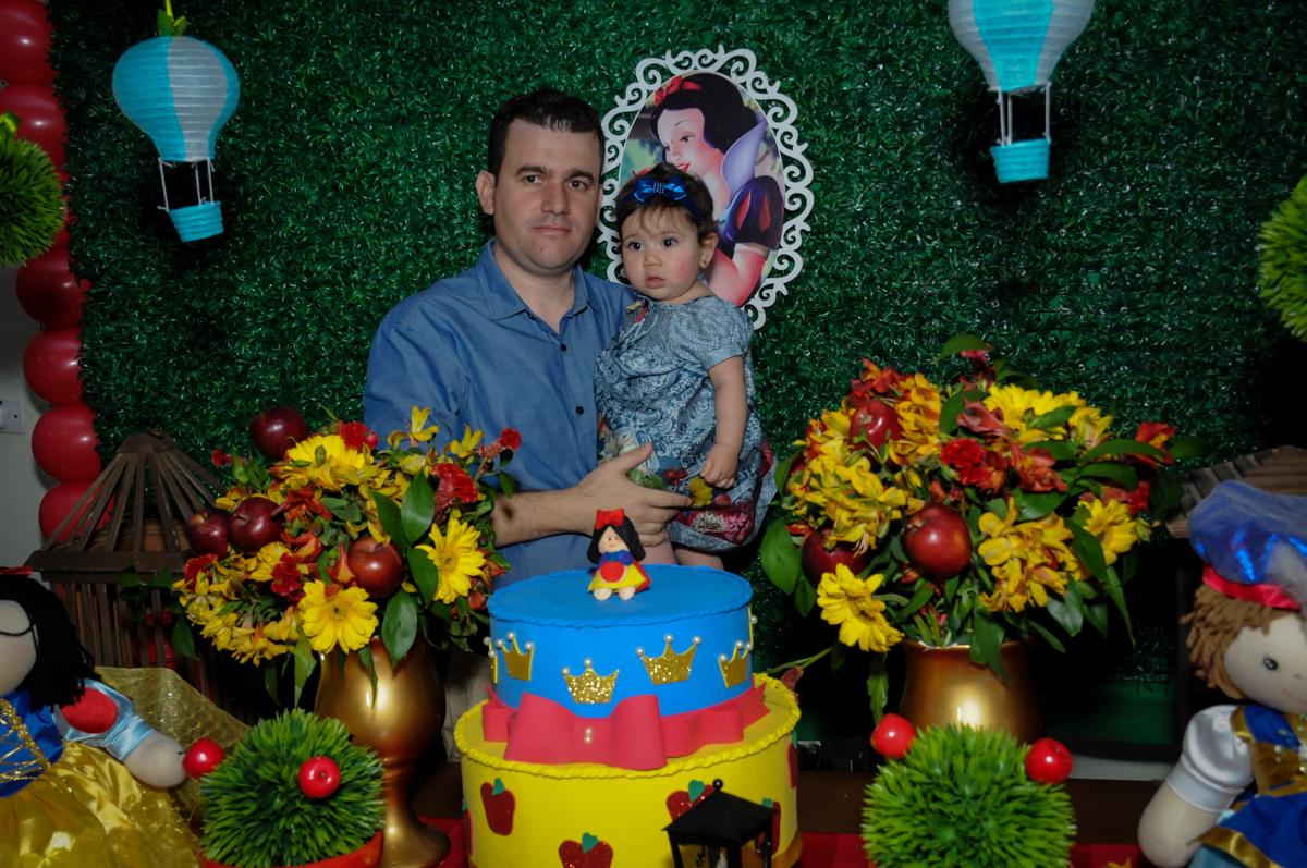 aniversariante e o papai na mesa decorada branca de neve no Buffet Ciranda da Vila, Osasco, SP