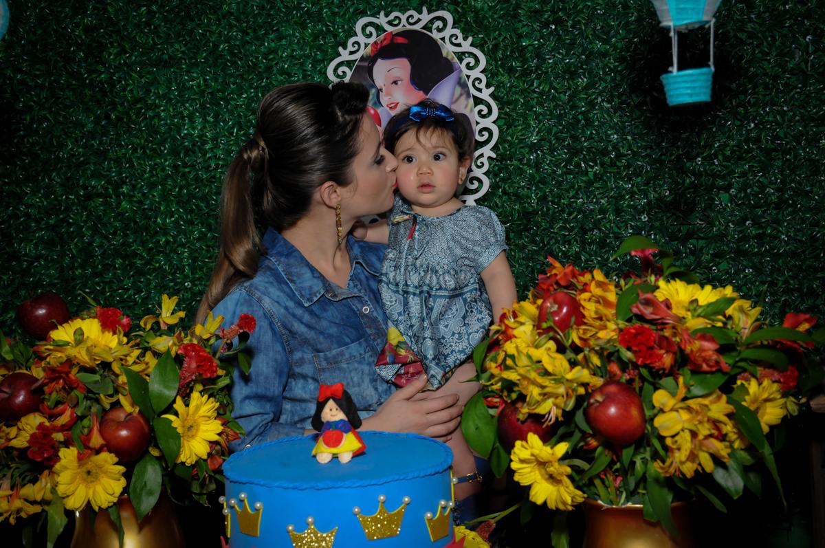 aniversariante e sua mãe na mesa decorada branca de neve no Buffet Ciranda da Vila, Osasco, SP