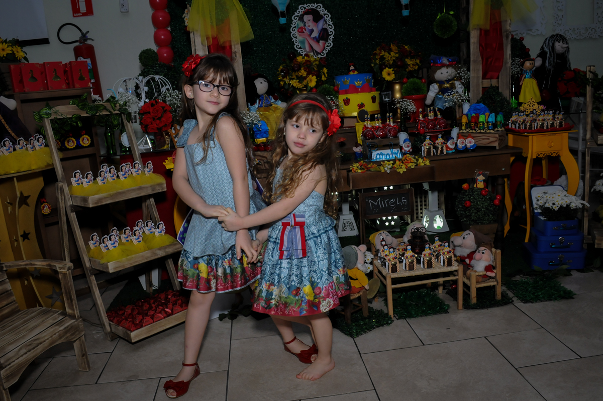 as irmãzinhas na mesa decorada branca de neve no Buffet Ciranda da Vila, Osasco, SP