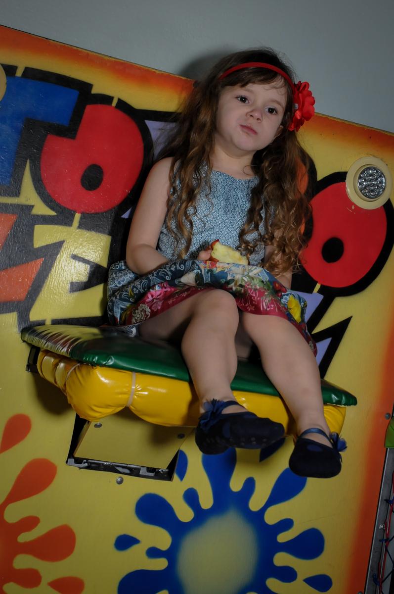 irmã da aniversariante no tombo legal no Buffet Ciranda da Vila, Osasco, SP