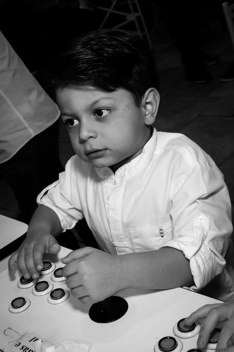 jogando no game no Buffet Ciranda da Vila, Osasco, SP