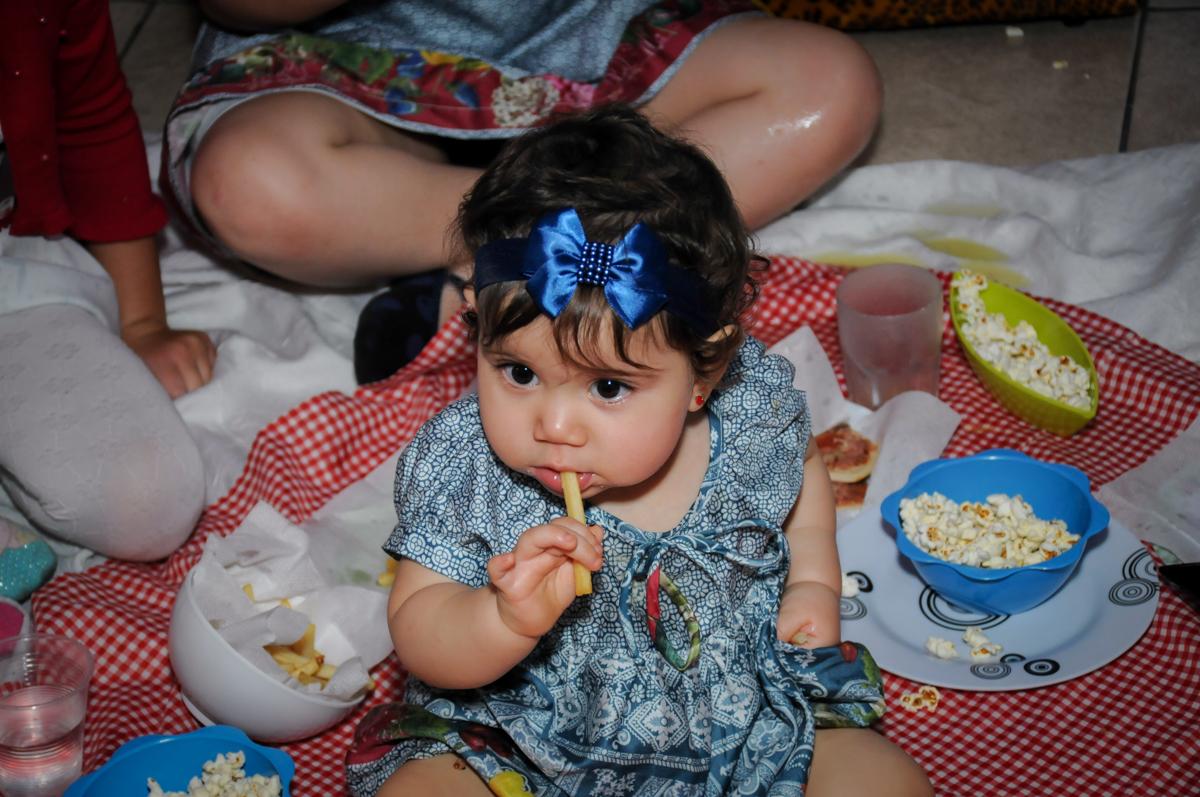 aniversariante comendo batata frita no Buffet Ciranda da Vila, Osasco, SP