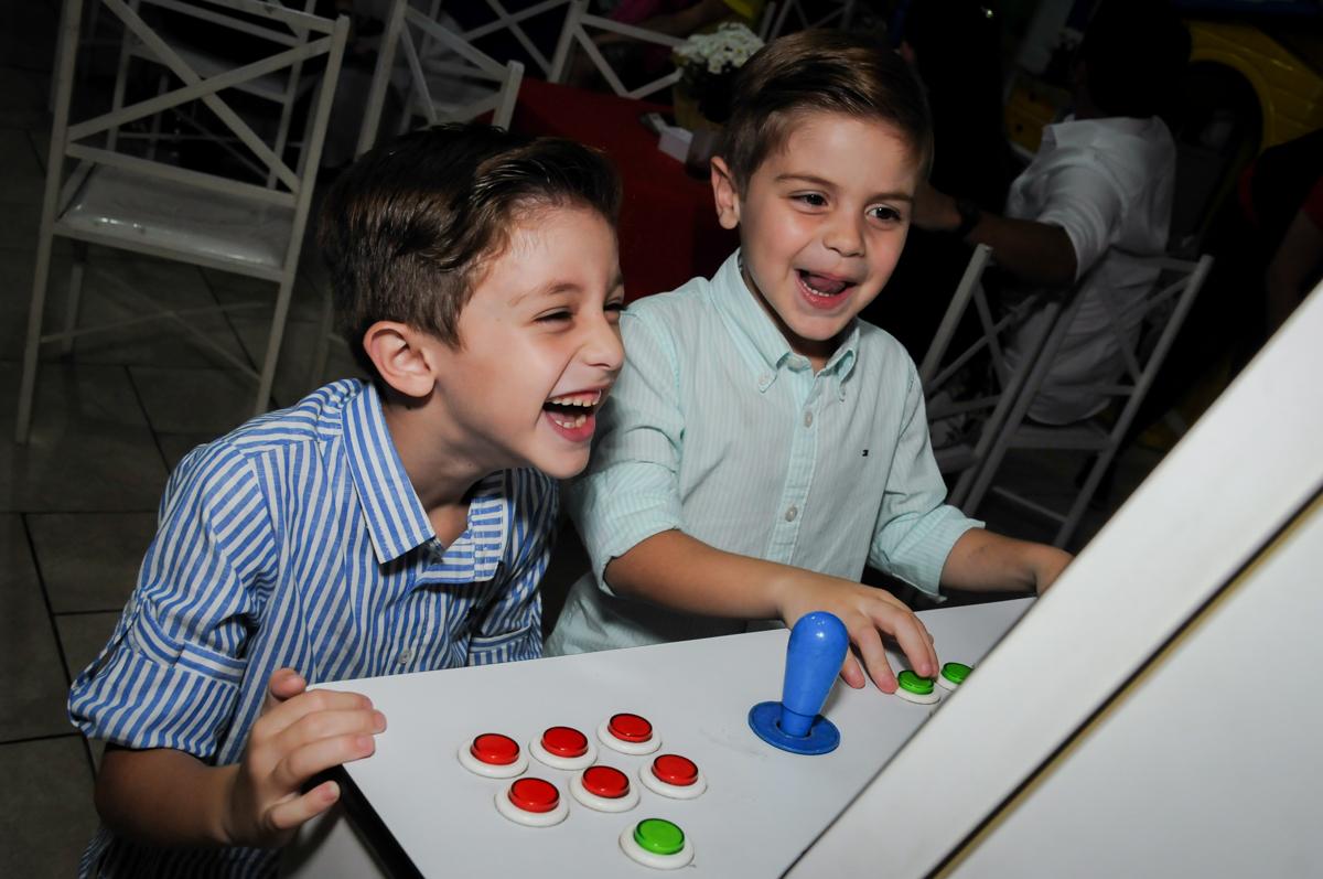 muita alegria e risadas  no game no Buffet Ciranda da Vila, Osasco, SP
