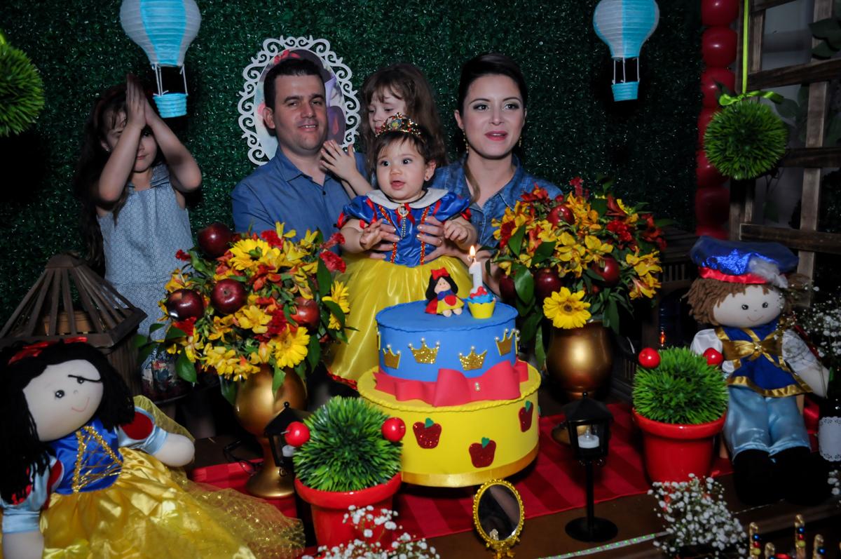 hora do parabéns na mesa tema branca de neve no Buffet Ciranda da Vila, Osasco, SP