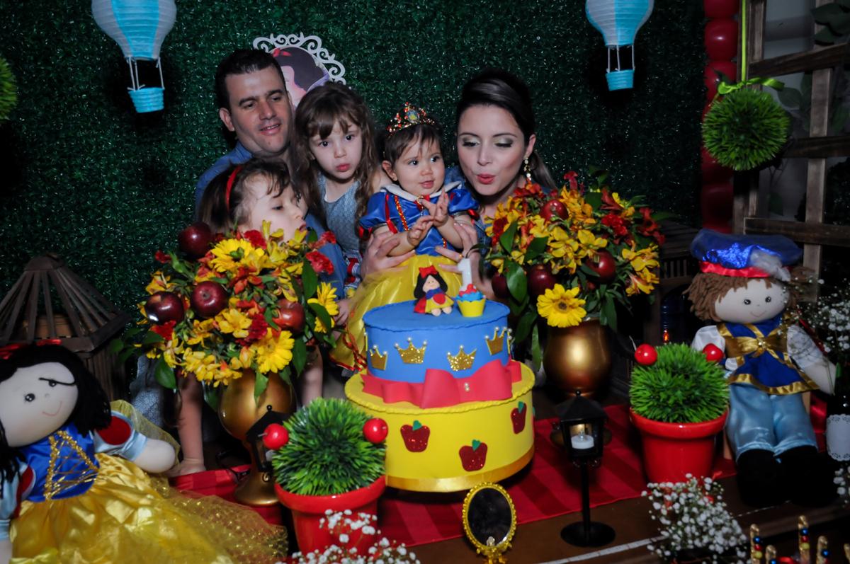 assoprando a velinha do bolo tema branca de n eve no Buffet Ciranda da Vila, Osasco, SP