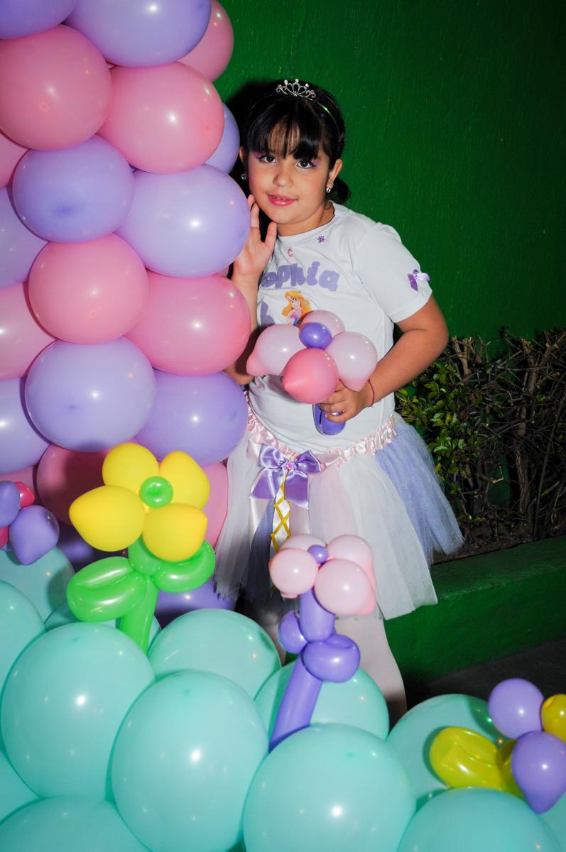 mais fotos da aniversariante no arco de bexigas no Buffet Fábrica da Alegria Osasco, São Paulo