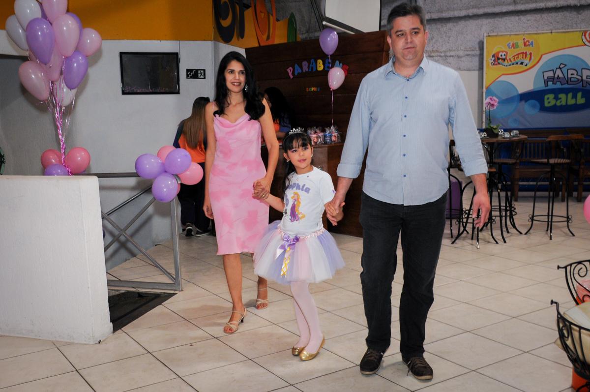 entrada da aniversriante com seus pais no Buffet Fábrica da Alegria Osasco, São Paulo