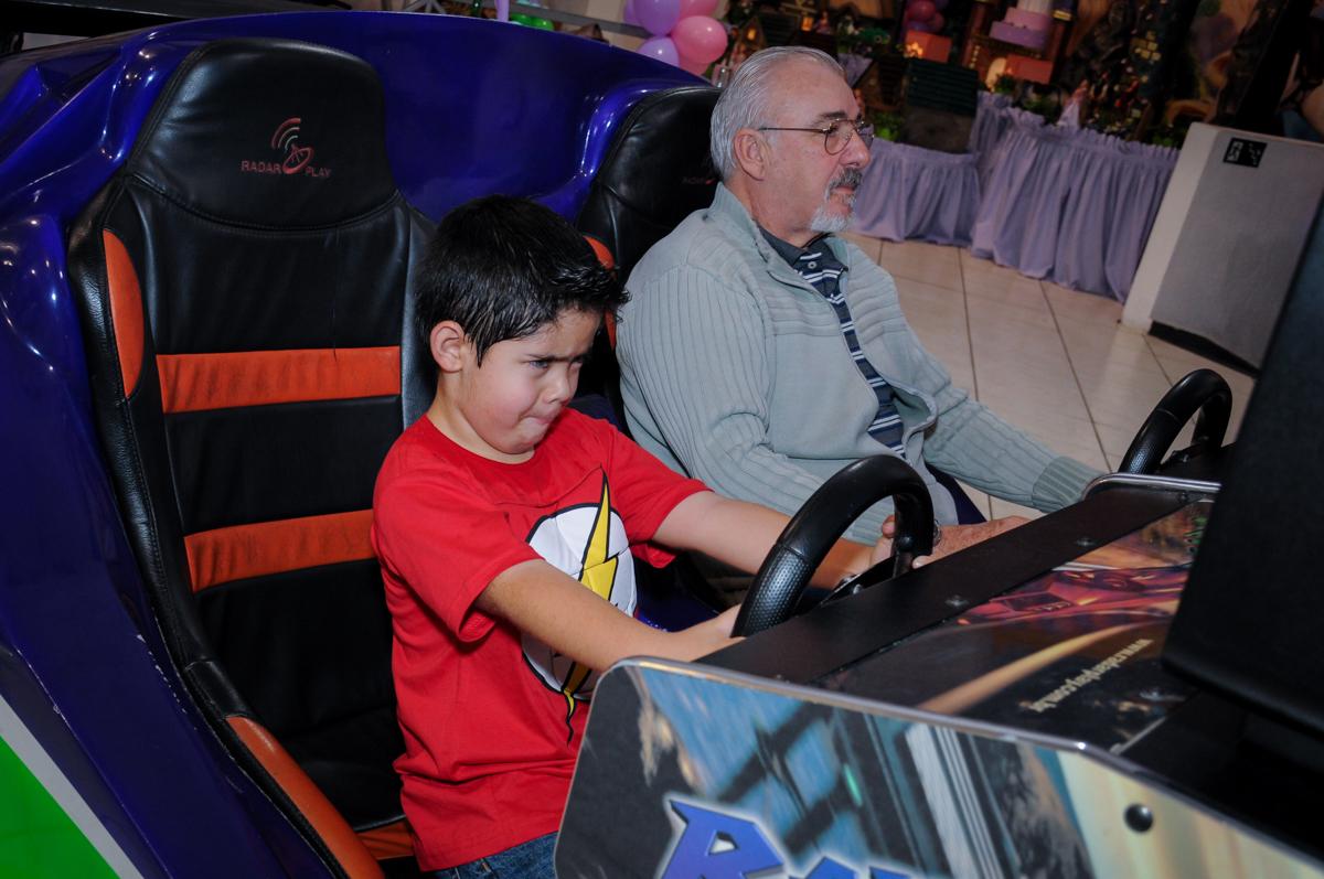 dirigindo o carrinho de corrida no Buffet Fábrica da Alegria Osasco, São Paulo