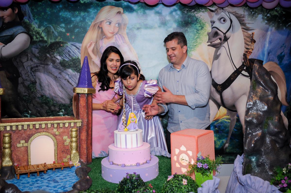 soprando a velinha do bolo de aniversário da sophia no Buffet Fábrica da Alegria Osasco, São Paulo