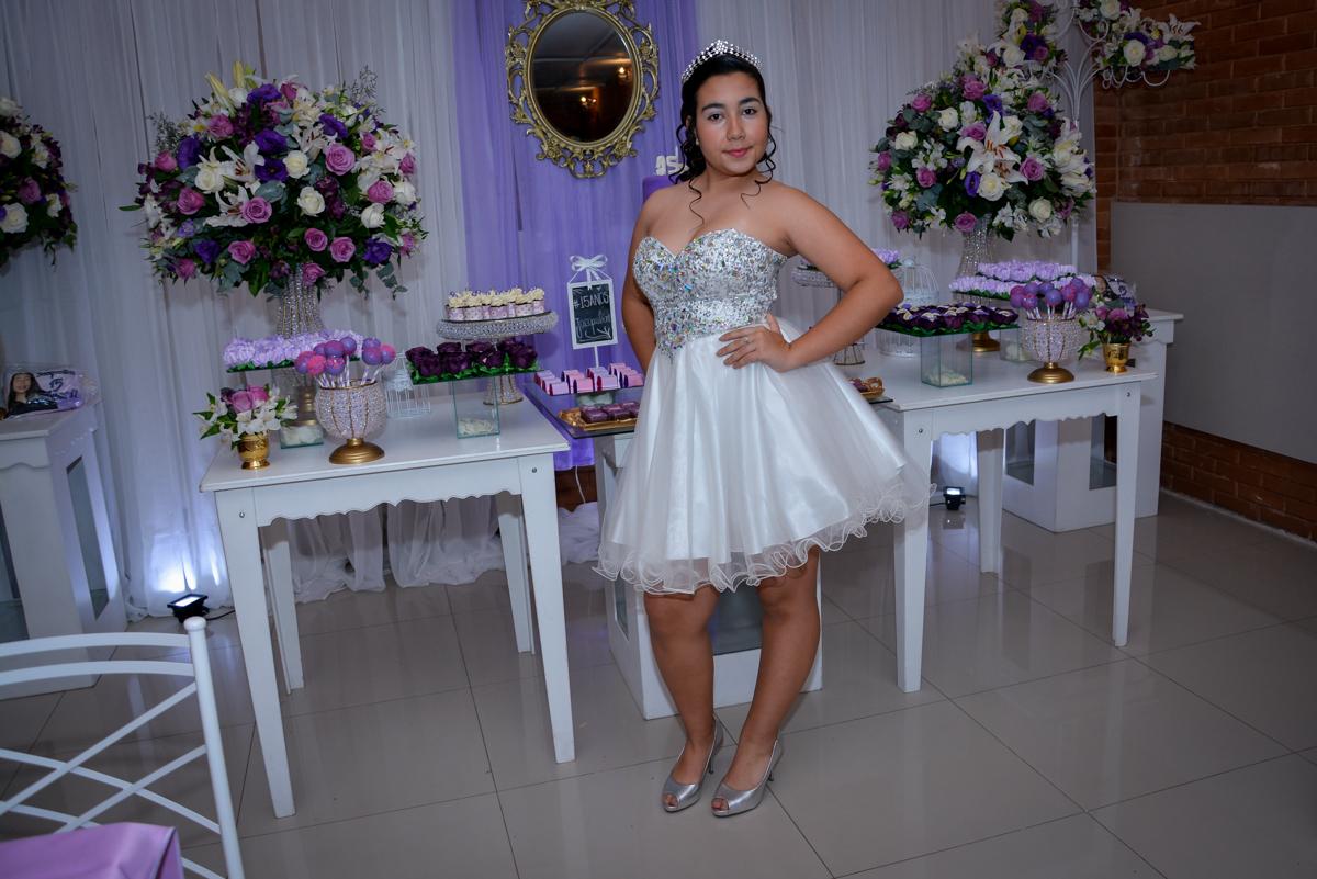 pose para foto da aniversariante de 15 anos em frente a mesa decorada no Espaço Felicittá, Osasco, São Paulo