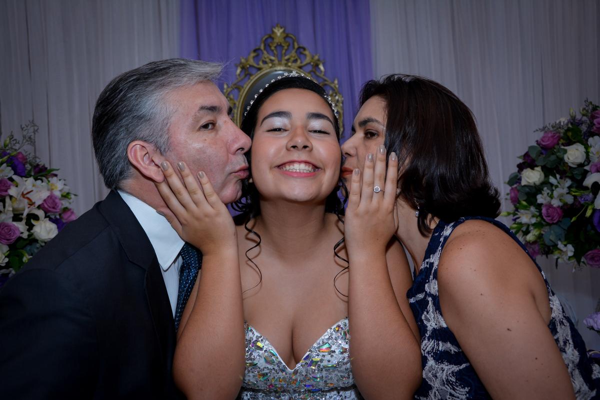 aniversariante de 15 anos ganha beijinho sanduiche das amigas no Espaço Felicittá, Osasco, São Paulo