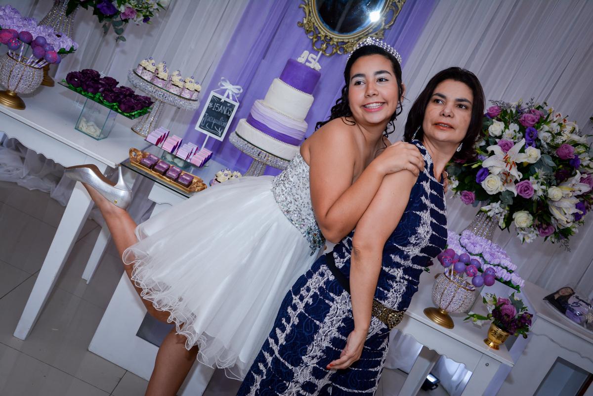 foto da aniversariante de 15 anos com sua mãe em frente a  mesa do bolo no Espaço Felicittá, Osasco, São Paulo