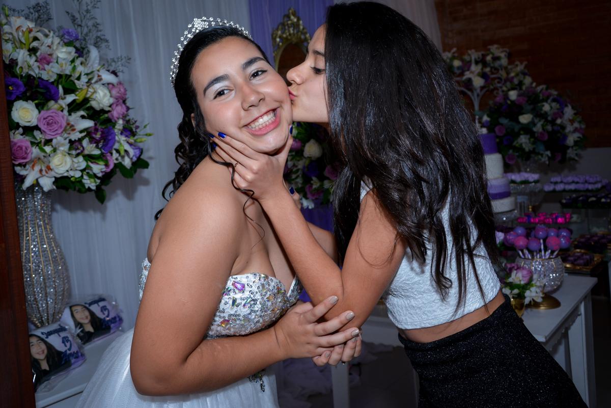 recebendo as amigas para a sua festa de 15 anos no Espaço Felicittá, Osasco, São Paulo