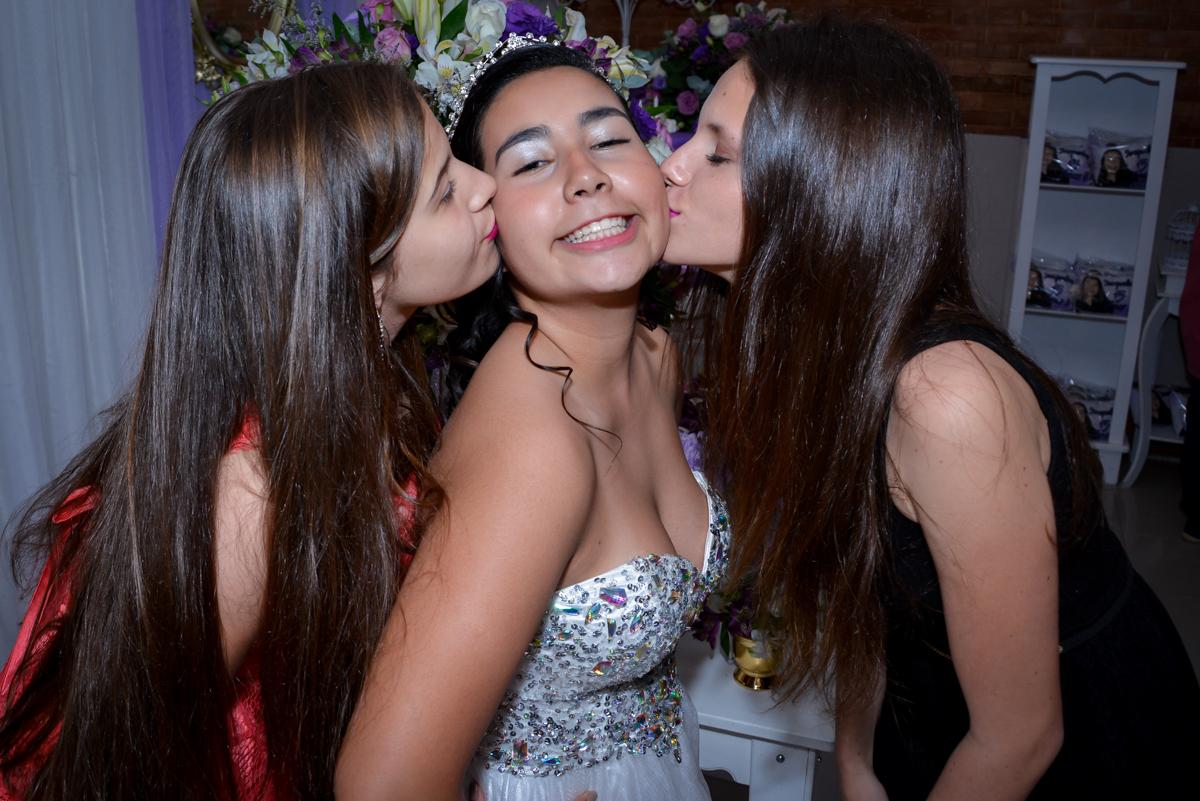 ao chegarem na fesra de  15 anos jacqueline ganha muitos beijos no Espaço Felicittá, Osasco, São Paulo