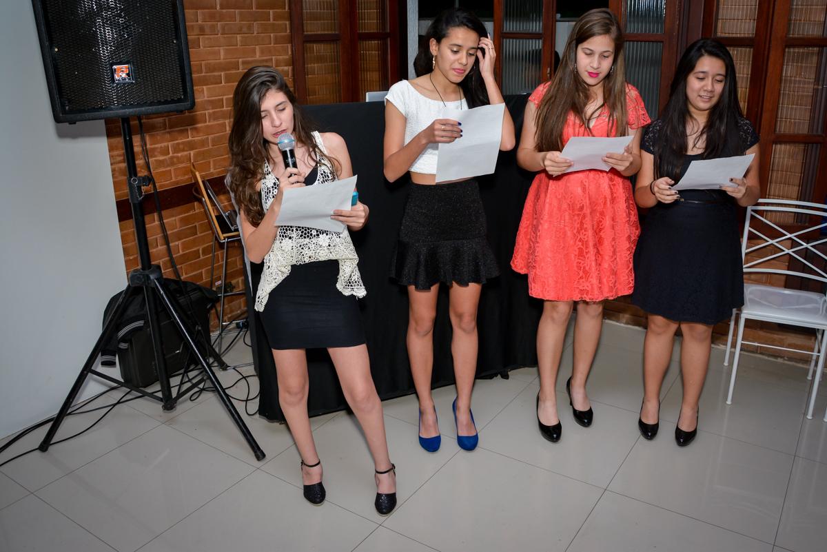 amigas homenageiam a aniversariante de 15 anos no Espaço Felicittá, Osasco, São Paulo