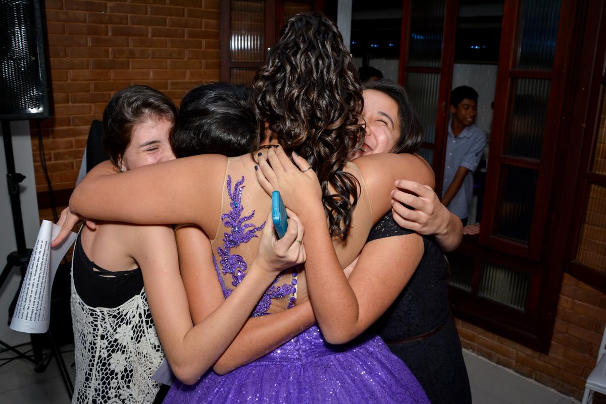 abraço apertado das amigas no Espaço Felicittá, Osasco, São Paulo