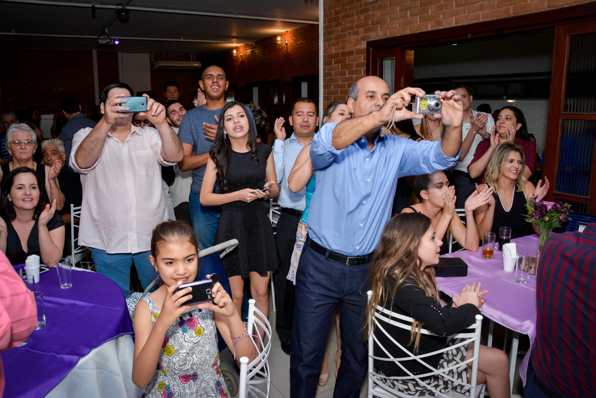todos querem tirar uma foto na hora do parabéns na festa de 15 anos no Espaço Felicittá, Osasco, São Paulo