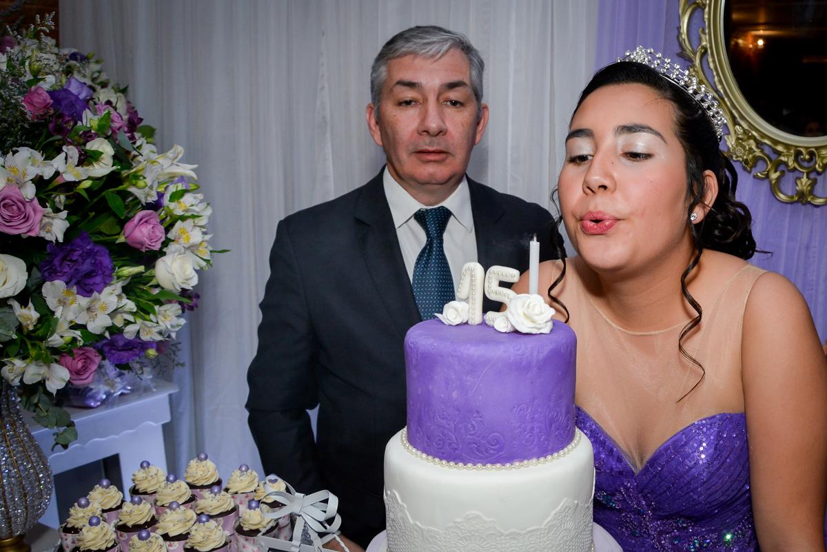 soprando a velinha do bolo de 15 anos no Espaço Felicittá, Osasco, São Paulo