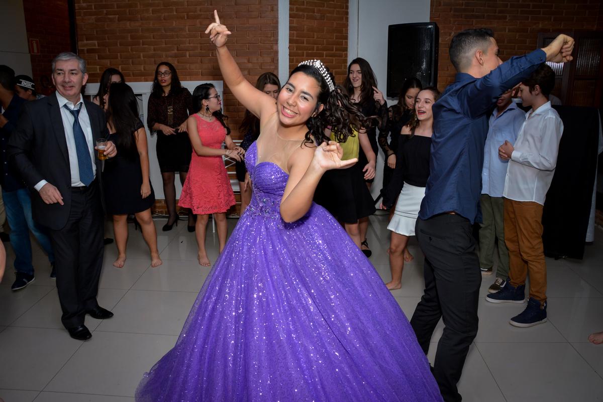 alegria toma conta da menina moça que está completando 15 anos no Espaço Felicittá, Osasco, São Paulo