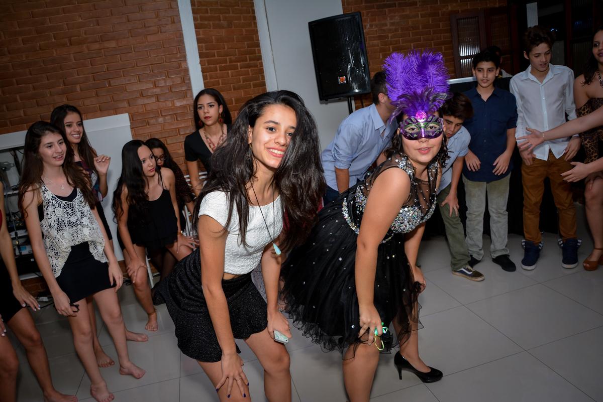 todos dançam na balada animados com a aniversariante de 15 anos no Espaço Felicittá, Osasco, São Paulo