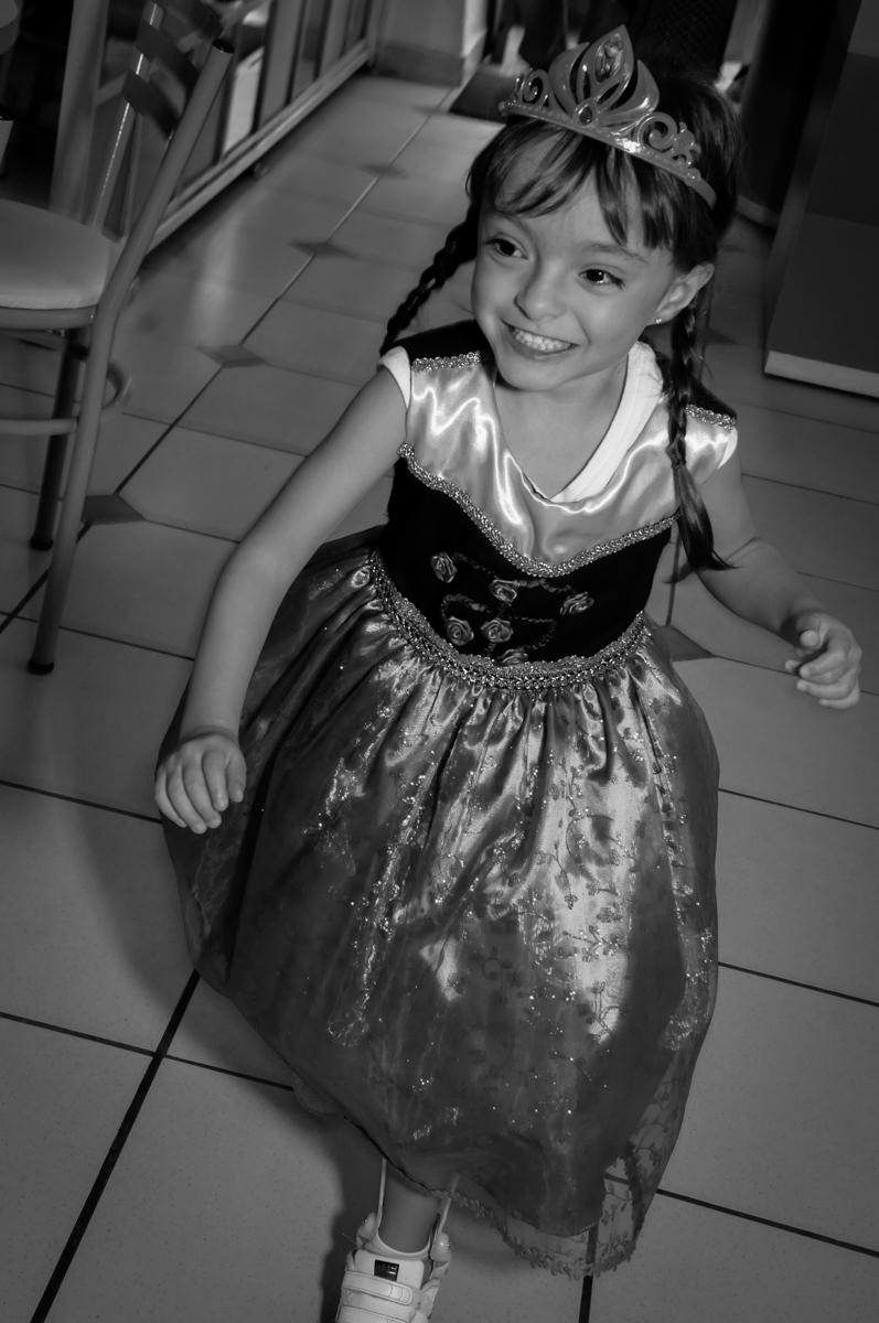 entrada da aniversariante na sua festa tema frozen  no Buffet Infantil Hary Happy, Morumbi, São Paulo