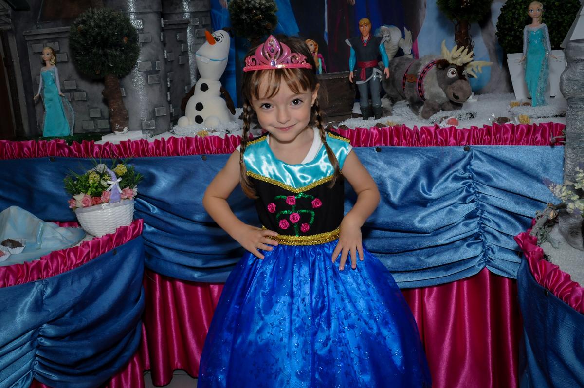 foto da aniversariante em frente a mesa tema frozen no Buffet Infantil Hary Happy, Morumbi, São Paulo