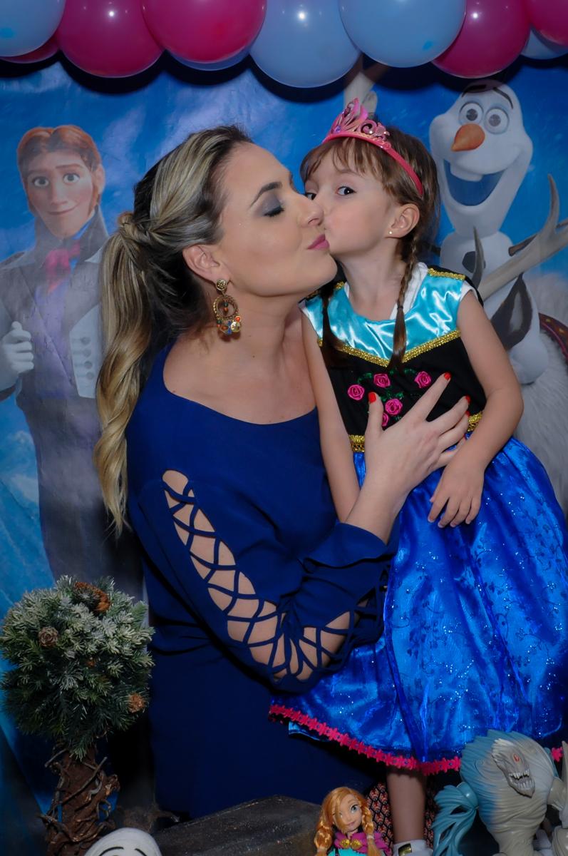 aniversariante ganha beijinho de sua mãe na sua festa de aniversário tema frozen no Buffet Infantil Hary Happy, Morumbi, São Paulo