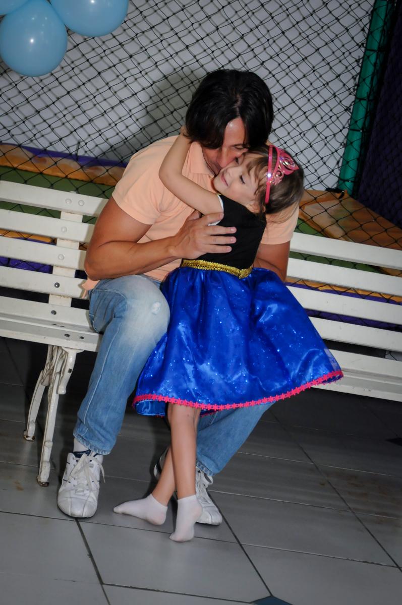 abraço gostoso aniversariante ganha de seu pai no Buffet Infantil Hary Happy, Morumbi, São Paulo