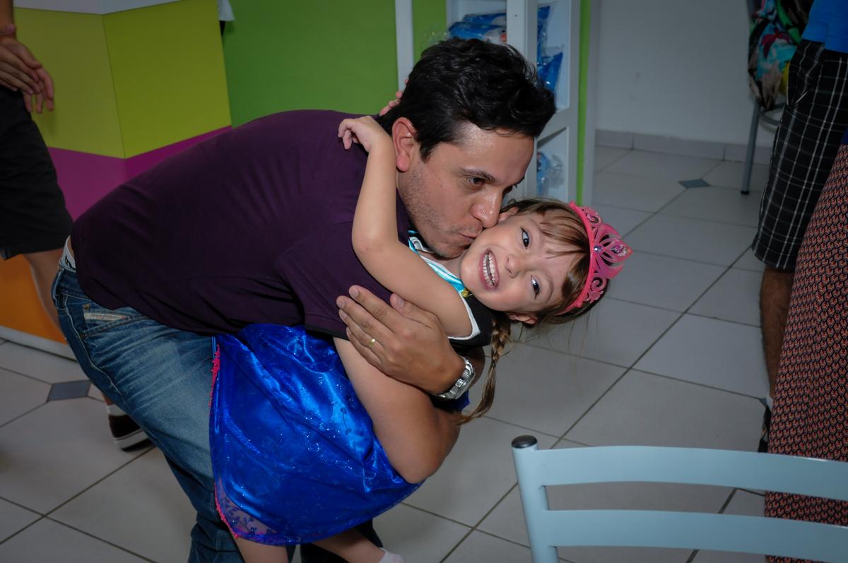 o tio da aniversariante chega e a deixa muito feliz no Buffet Infantil Hary Happy, Morumbi, São Paulo
