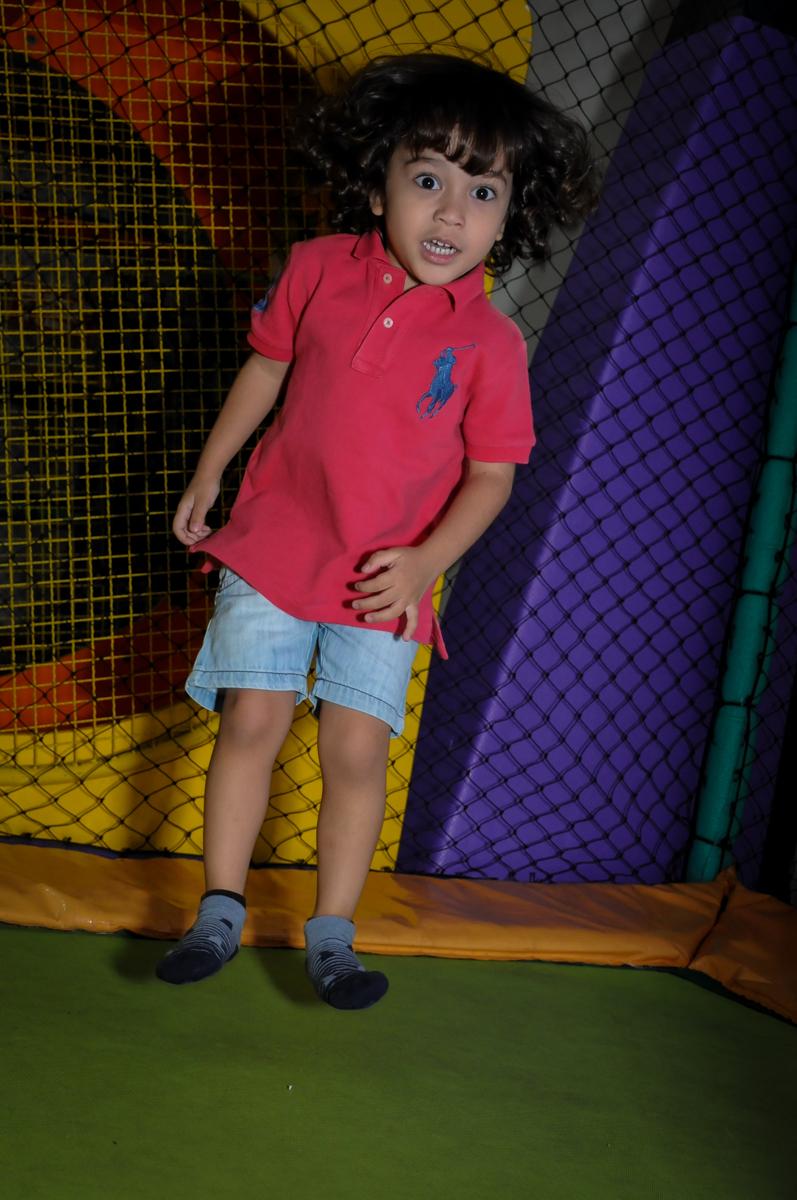 primo brinca no pula pula no Buffet Infantil Hary Happy, Morumbi, São Paulo