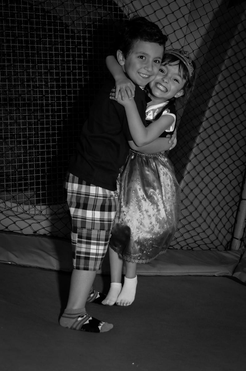 abraço gostoso em seu namoradinho no Buffet Infantil Hary Happy, Morumbi, São Paulo