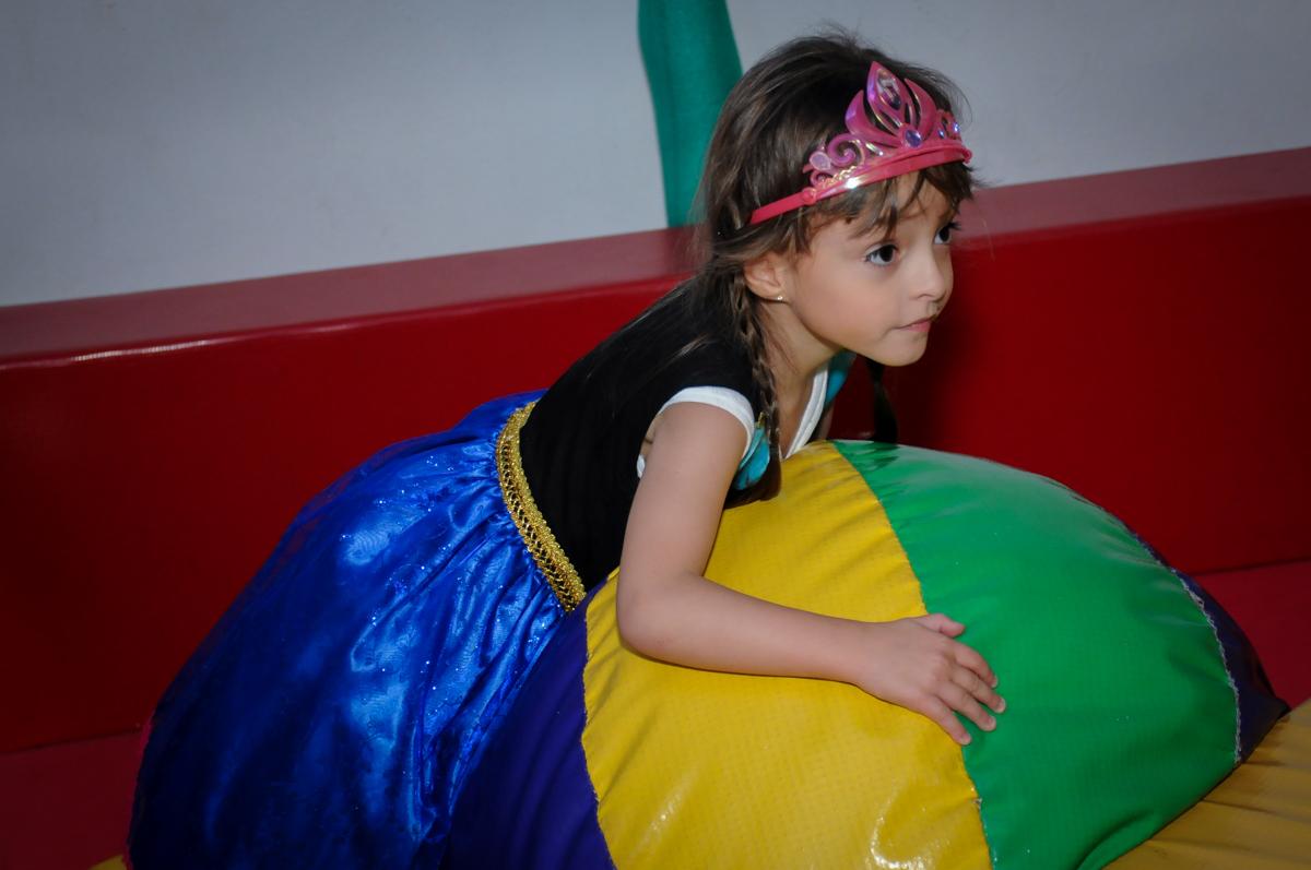 valentina brinca na área baby no Buffet Infantil Hary Happy, Morumbi, São Paulo