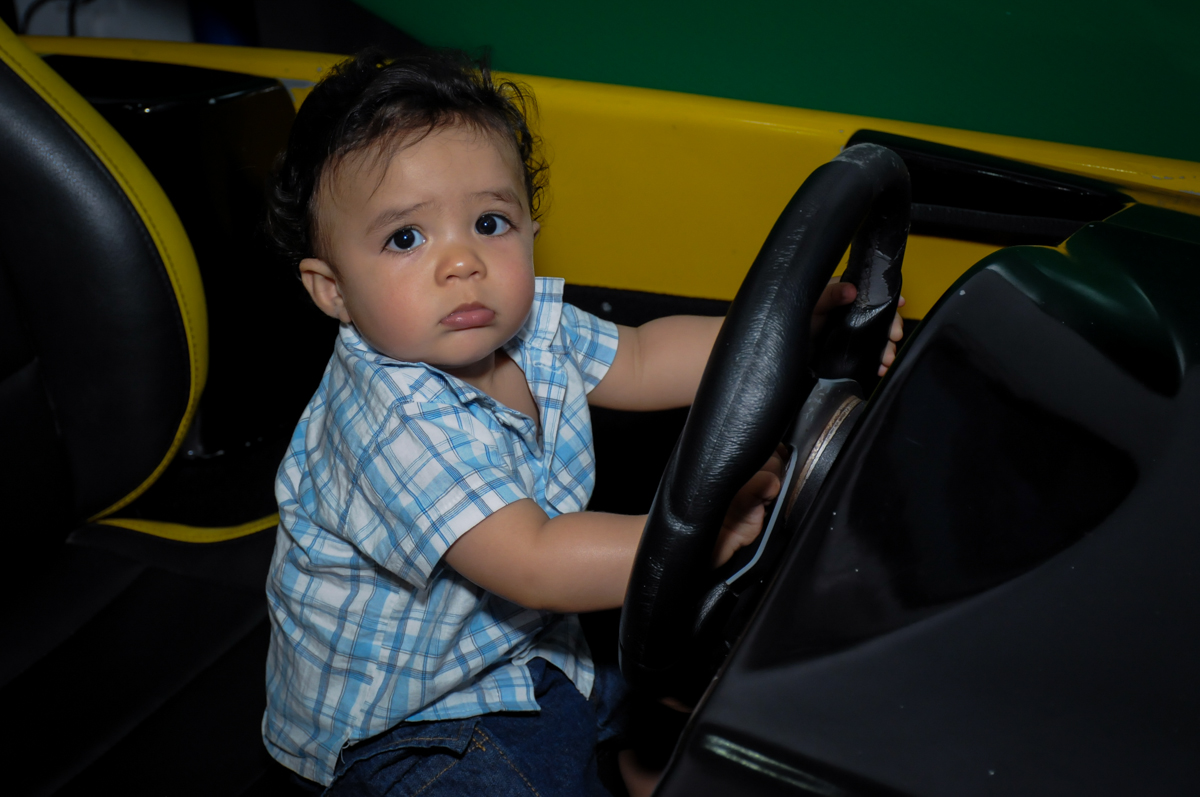 priminho brincando no carrinho no Buffet Infantil Hary Happy, Morumbi, São Paulo