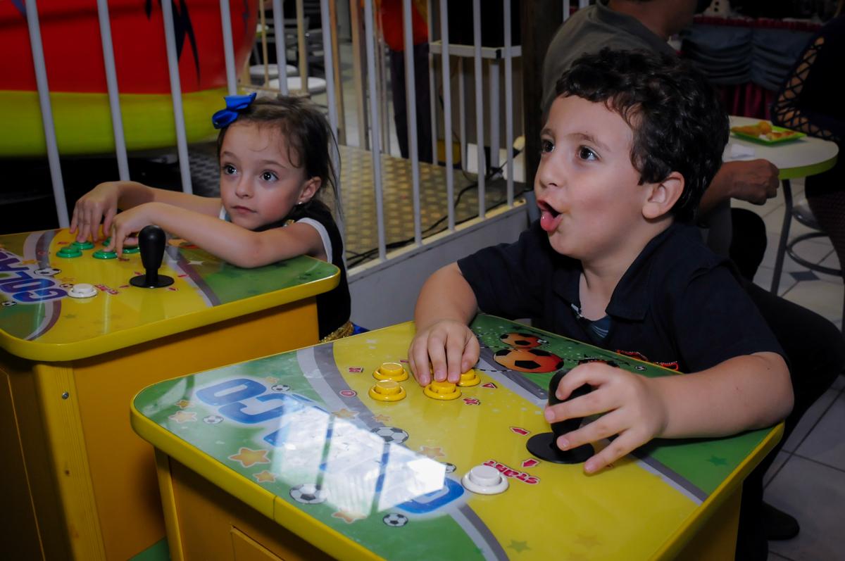 valentina brincando com seu namoradinho no game  no Buffet Infantil Hary Happy, Morumbi, São Paulo
