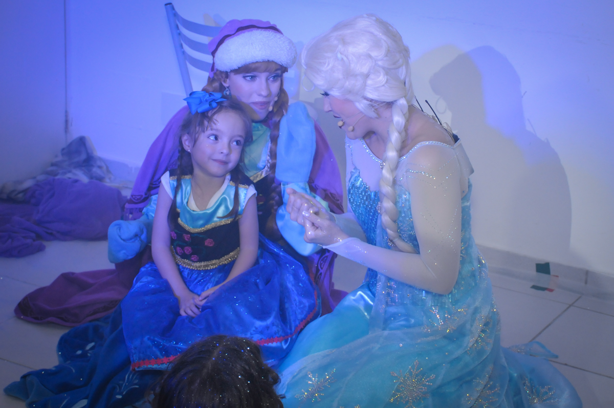 aniversariante canta com a frozen no Buffet Infantil Hary Happy, Morumbi, São Paulo