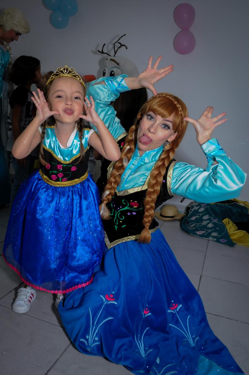 foto da aniversariante e da ana fazendo careta no Buffet Infantil Hary Happy, Morumbi, São Paulo