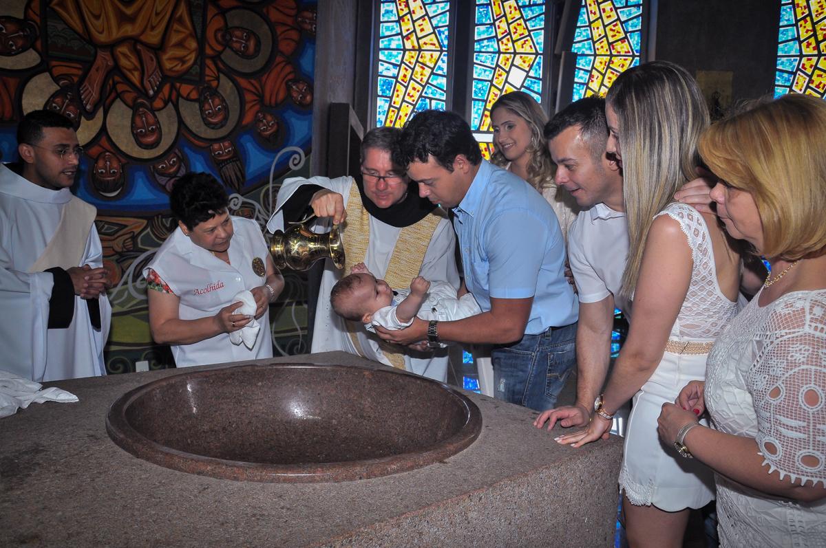molhando a cabecinha do Matheus na hora da cerimônia de batizado do Matheus no Paróquia São Bento Morumbi