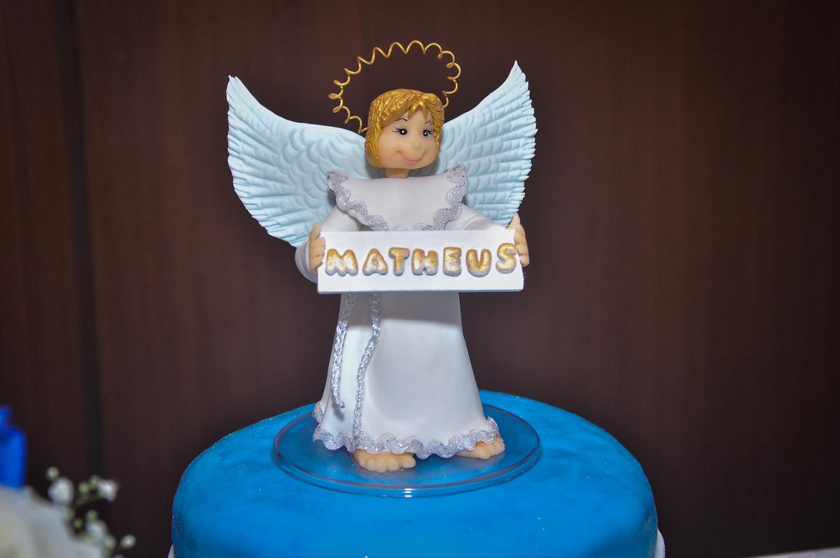 O anjinho em cima do bolo de batizado do Matheus festa no condomínio