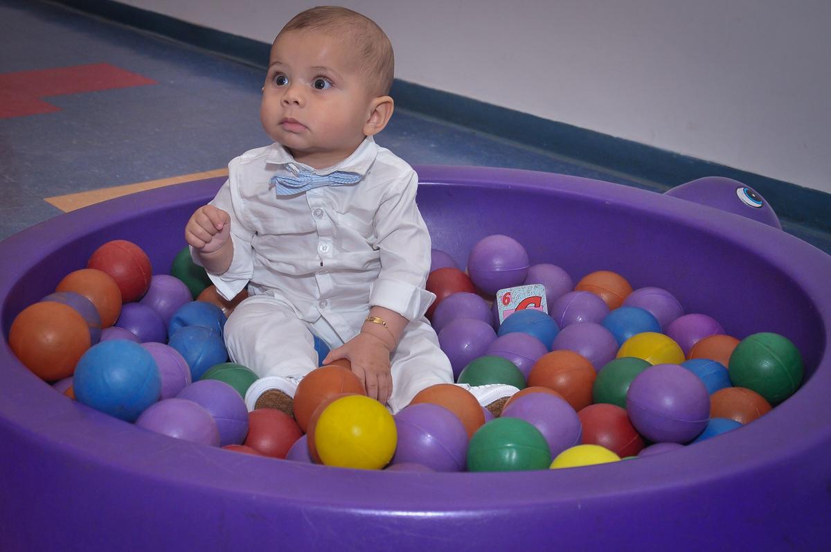 Matheus brinca na piscina de bolinha na festa de batizado festa no condomínio