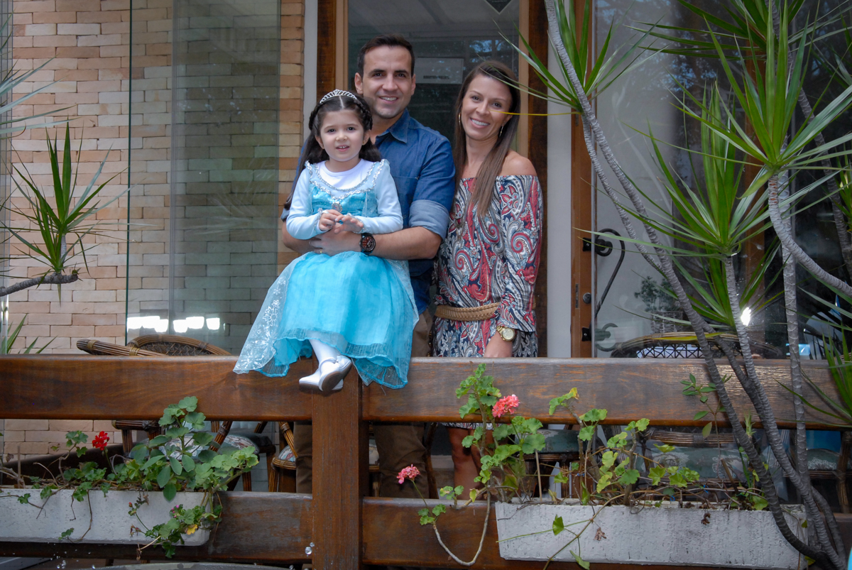 aniversariante e sua família são fotografados em frente ao buffet feliz da vida, butantã,sp