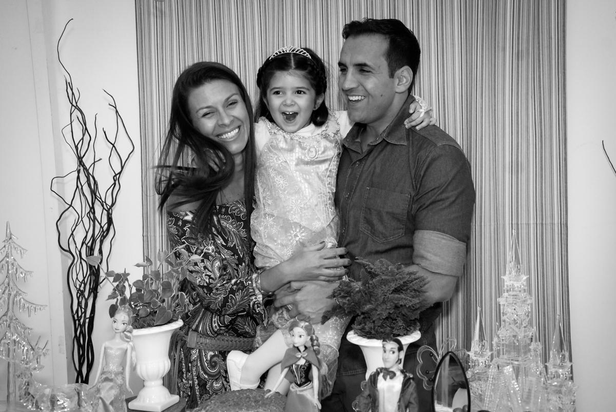 família feliz na mesa tema frozen no aniversário da pietra no buffet feliz da vida, butantã,sp