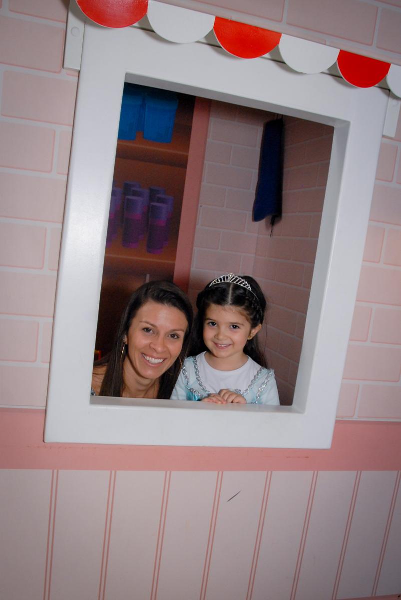 foto da mãe e filha na casinha de boneca no buffet feliz da vida, butantã,sp