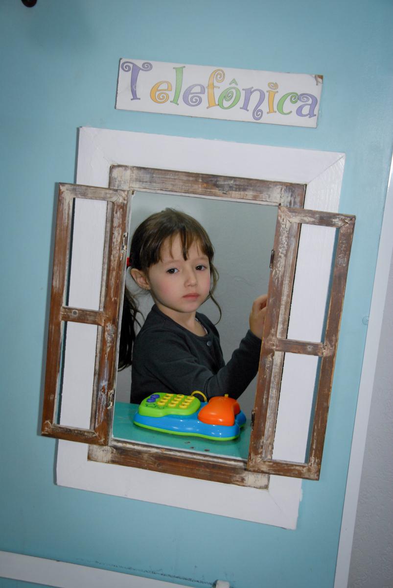 convidada brinca na cabine de telefone no buffet feliz da vida, butantã,sp