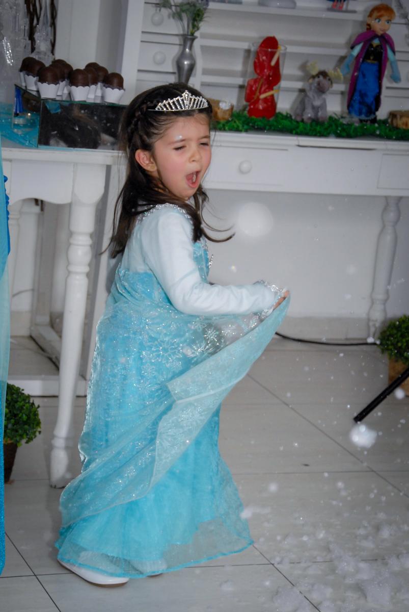 pietra vestida de elsa empolgada com o show da frozen no buffet feliz da vida, butantã,sp