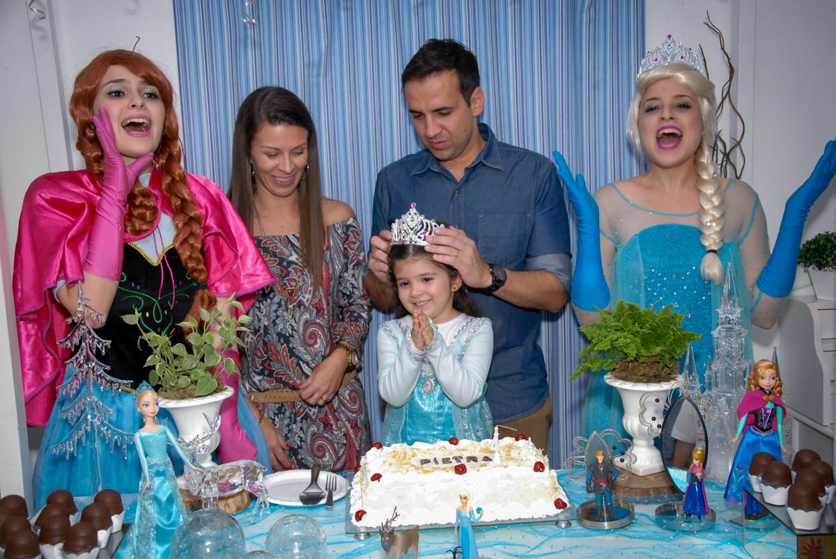 aniversariante é coroada em sua festa tema frozen no buffet feliz da vida, butantã,sp